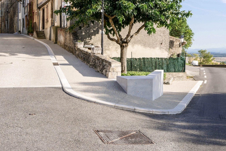Le2bis - espaces publics Saint-Félix Lauragais -Détail 7 - angle de rue - béton de sol - béton coffré en planches brutes - bordure pierre de taille - jonction béton enrobé - muret en pierres sèches