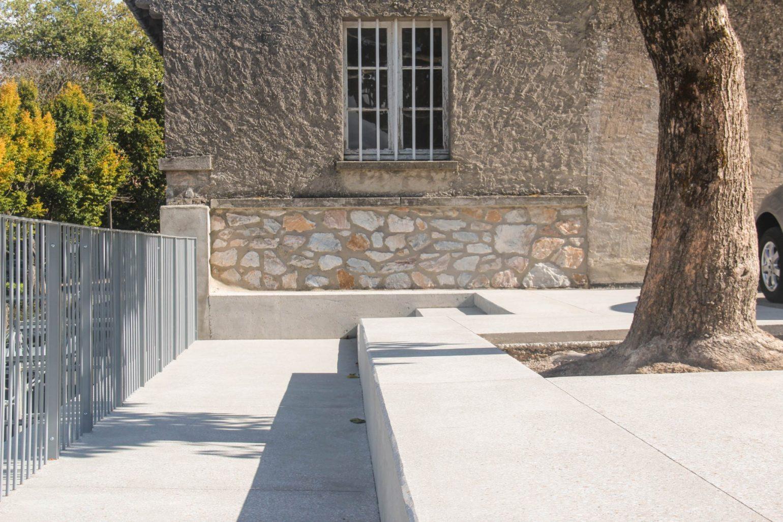 Le2bis - espaces publics Saint-Félix Lauragais -Détail 6 - banc béton - chanfrein béton - garde corps métallique - joints sciés
