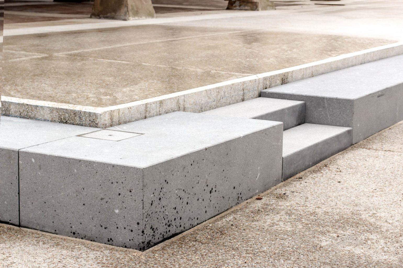 Le2bis - espaces publics Saint-Félix Lauragais - Détail 2 - Détails de marches en pierres - assemblage à sec - lit de sable et joint creux - pierre de taille - granit massif issue de carrière du Portugal, soucis du détail