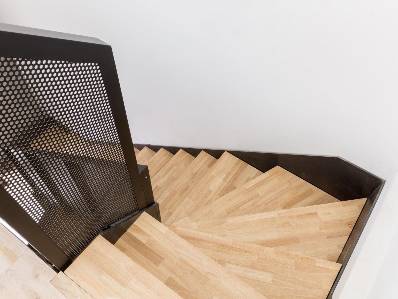 Le2bis-Agence d'architecture toulouse-Surélévation contemporaine minimaliste Maison Toulouse-Détail escalier métal-Vue marches hautes