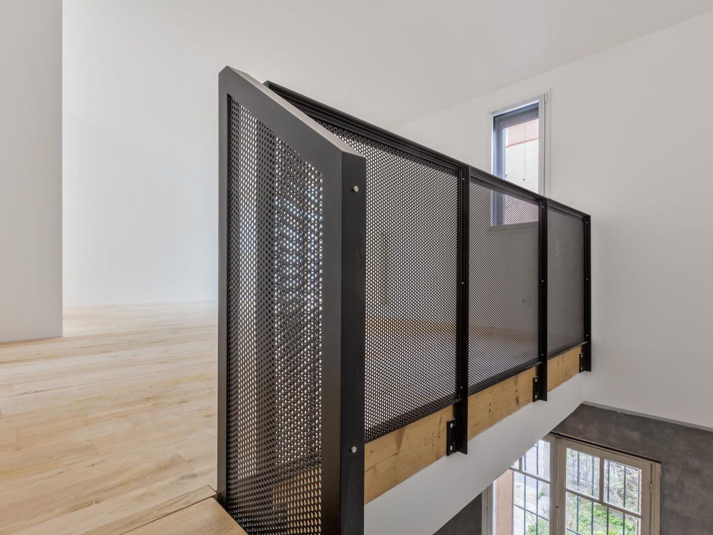 Le2bis-Agence d'architecture toulouse-Surélévation contemporaine minimaliste Maison Toulouse-Détail escalier métal-Vue Garde corps-Tôle micro-perforée