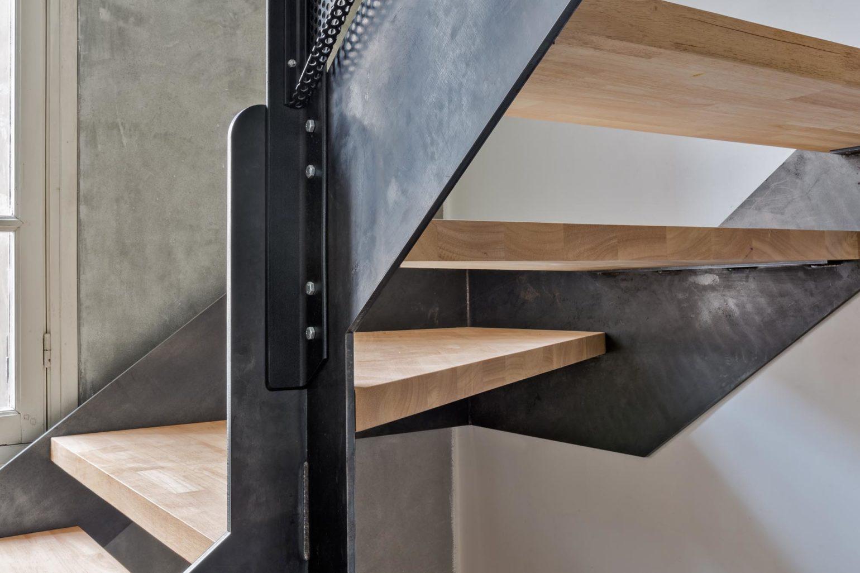 Le2bis-Agence d'architecture toulouse-Surélévation contemporaine minimaliste Maison Toulouse-Détail escalier métal-Vue assemblage limon